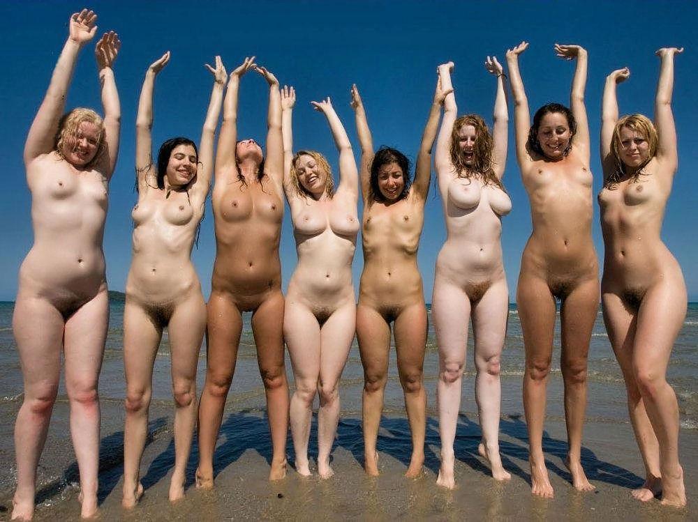 bikini-shou-mnogo-golih-zhenshin-poziruyut-smotret-onlayn