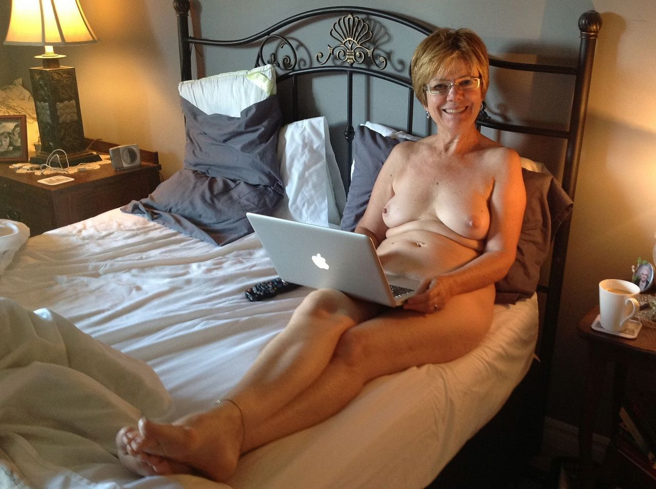 nude-family-on-bed